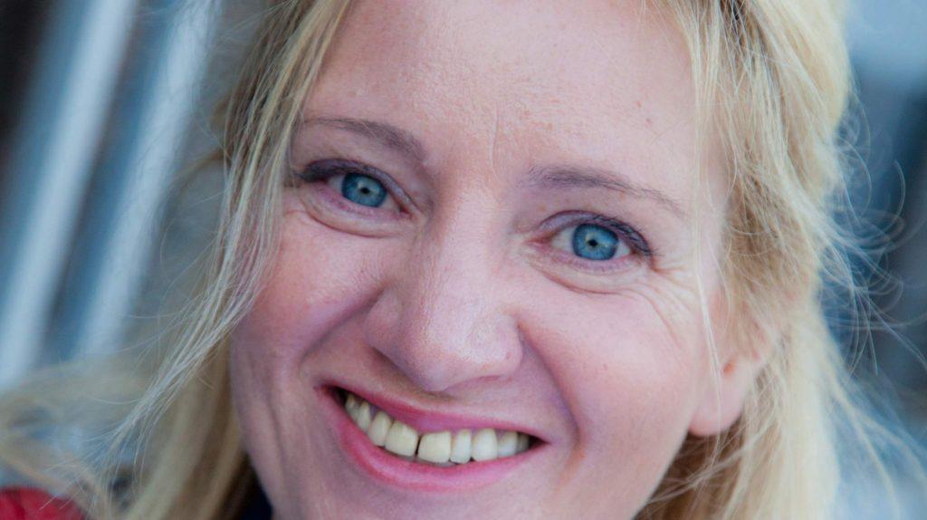 Die Unternehmerin Alexandra Quiring-Tegeder von Agidium – Beratung und Agentur für digitale Umbrüche lacht offen in die Kamera. Sie trägt ihre blonden Haare offen.