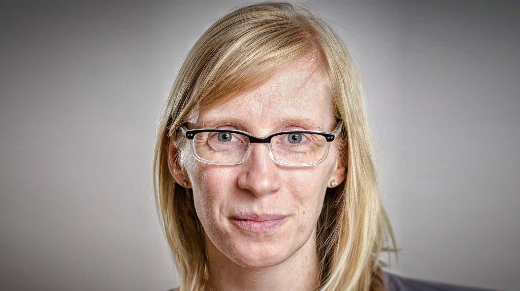 Gründerin Gesine Herrmann, Firma Gesines Jobstipps. Eine weiße Frau mittleren Alters mit halblangen blonden, glatten Haaren und Brille lächelt.