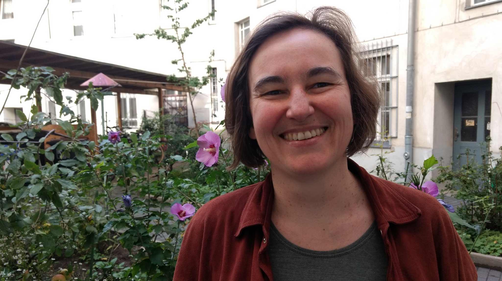Stephanie Busse, eine Frau mittleren Alters mit halblangen Haaren lacht in die Kamera