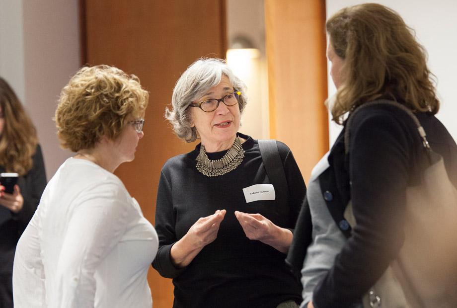 Drei Frauen tauschen sich auf dem Gründerinnentag über spannende Vorträge aus