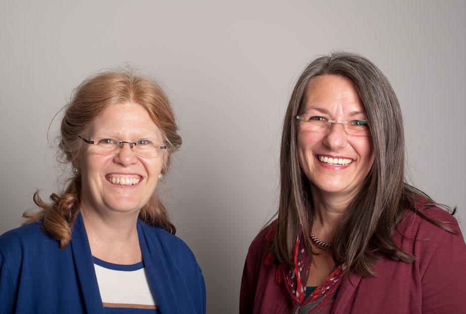 Zwei Frauen, die zusammen am Mentoringprogramm der Gründerinnenzentrale teilnehmen