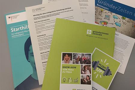 Broschüren, Checklisten, Flyer in einer Mappe, diese Informationen zum Gründen gibt es bei Orientierungsgesprächen.