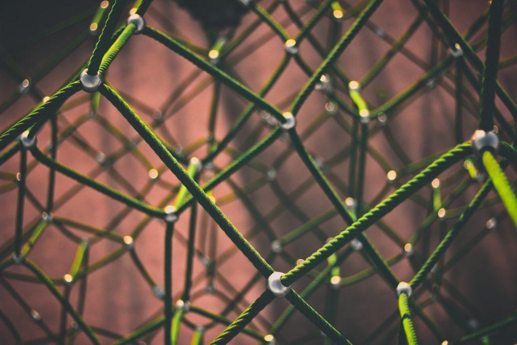 Close-up eines dichten Netzes aus grünem Seil: Ein starkes Netzwerk ist wichtig für Berliner Gründerinnen